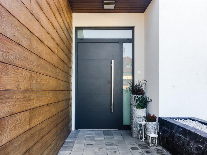 drzwi-aluminiowe-z-pochwytem-creo-wisnio